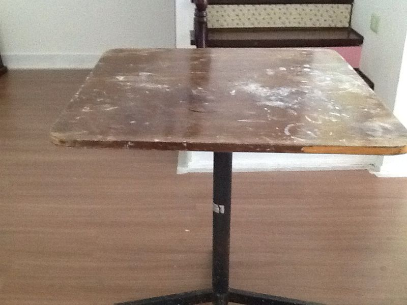 Passo 1: Pegue uma mesa que você tenha que precise de uma repaginada.