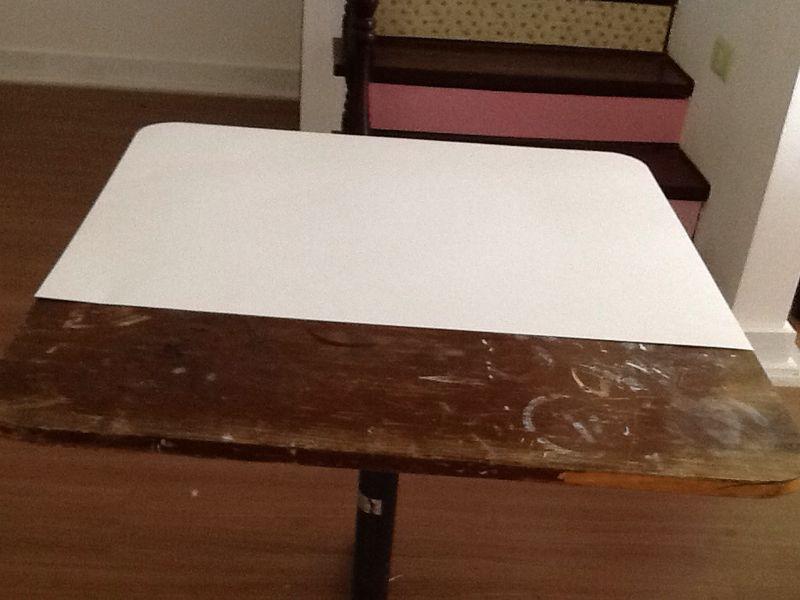 Passo 2: Corte papel cartão e cole no tampo.