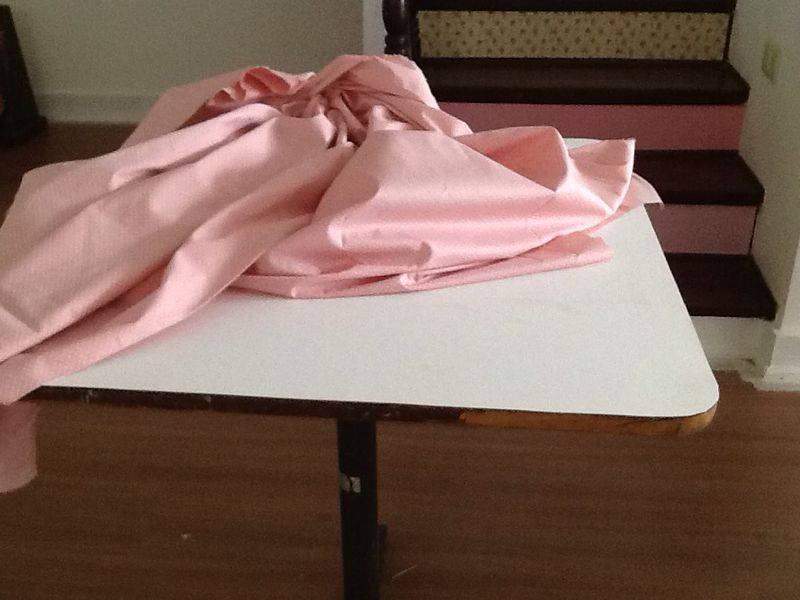 Passo 3: Escolha um tecido do seu agrado e que tenha tamanho suficiente para cobrir o tampo todo. Lembre-se: para uma boa aderência o tecido precisa ser 100% algodão.