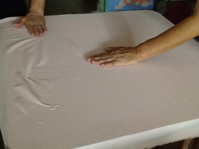 Passo 5: Cole e estique o tecido, importante fazer este processo com calma para que o tecido não fique embolado, pode-se usar até uma espátula para ajudar.