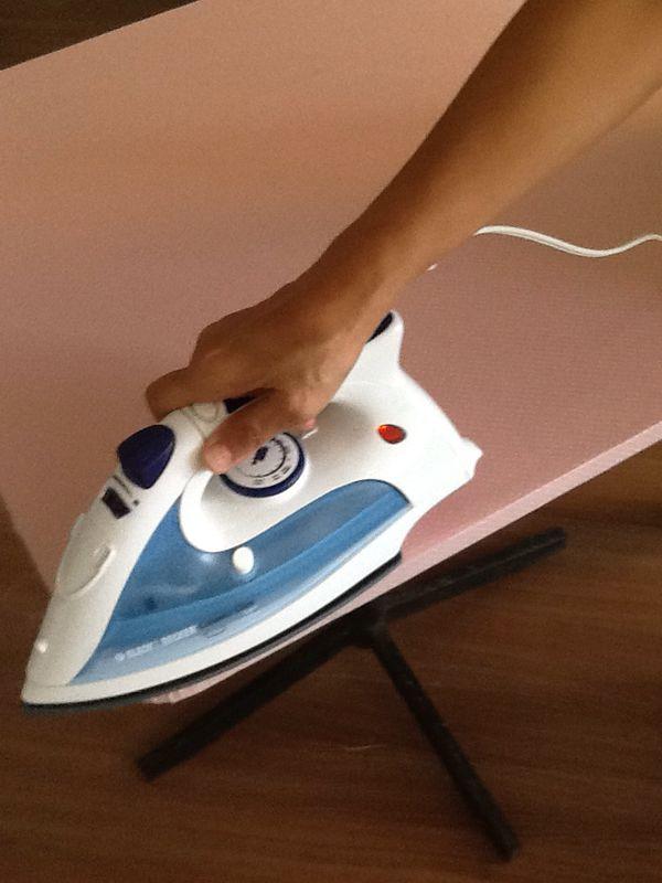 Passo 6: Após colar o tecido, utilize um ferro de passar para secar a cola.