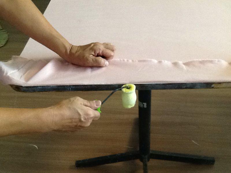 Passo 7: Passe cola na lateral e cole o tecido na borda.