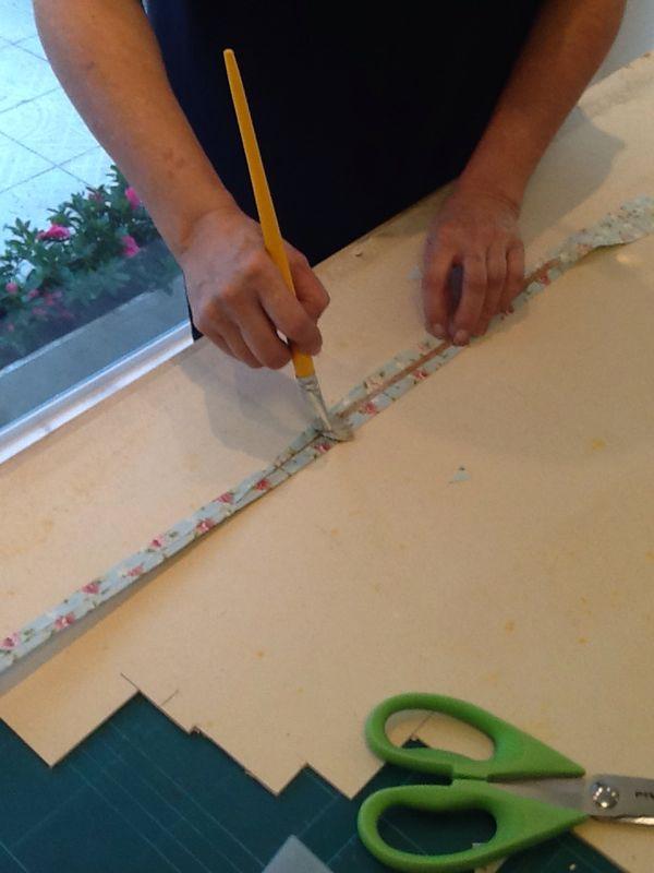 Passo 8: Corte pedaços de papel cartão no tamanho da borda.
